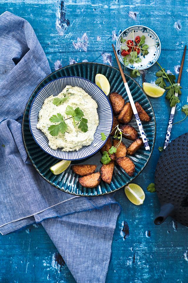 Az egzotikus ázsiai deszkához illik: friss zöldségek, például uborka, minipaprika, cseresznyeparadicsom, répa, szárzeller vagy párolt zöldségek (zöldbab, pak-choi, cukorborsó), vékonyra szeletelt kenyér, rákszirom és hasonló rágcsák.