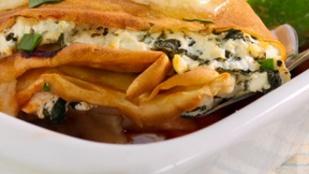 Spenótos palacsintatorta fokhagymásan, füstölt sajttal
