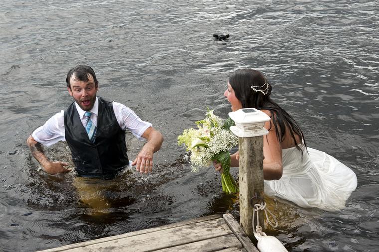 A hangulatot egyébként nem tette tönkre az incidens, a friss házasok jót nevettek a baklövésen.