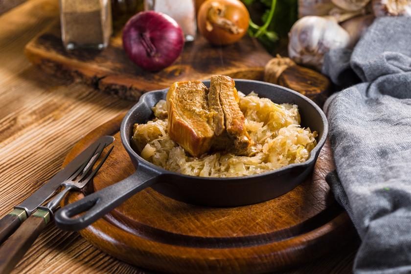 Szaftos sült oldalas savanyú káposztával – Vajpuhára sül a pácolt hús