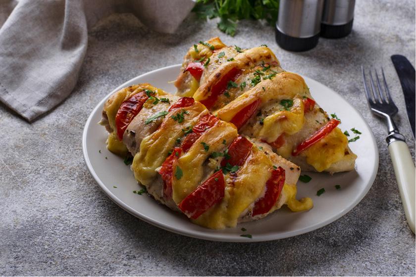 Hasselback csirkemell paradicsommal és sajttal töltve – Könnyen összedobható fenséges fogás