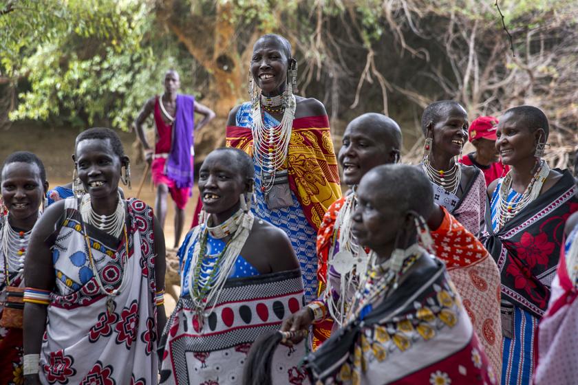A kenyai maszai törzsnél régi babonából nem támogatják az ifjú párt, hiszen ez szerintük megidézi a sorsot, viszont a köpködés jó szerencsét hoz és a tisztelet jele. Emiatt az örömapák így áldják meg lányaikat, amikor újdonsült férjével egybekelnek.