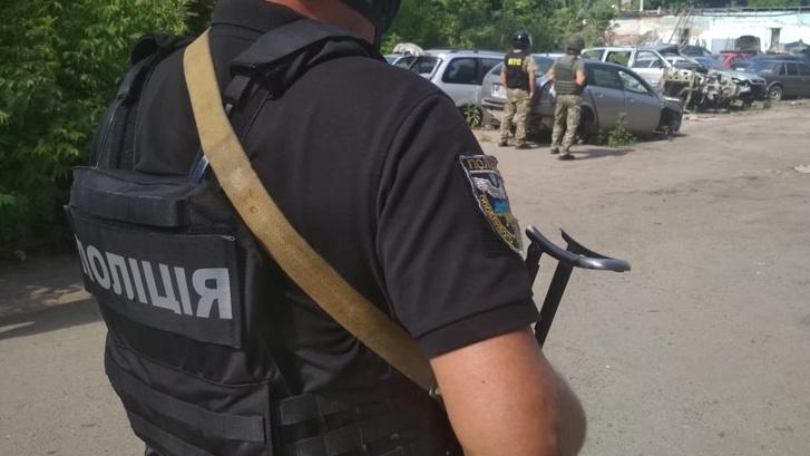 A rendőrök körbekerítették a helyszínt, amely a helyi adminisztratív bíróság épületének közelében volt
