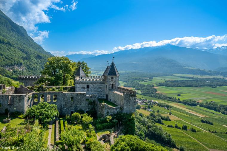 Hogy tetszik önnek ez a franciaországi Bauges-hegység magaslatai között fekvő Miolan vár? Ha el tudná képzelni, hogy itt él, akkor örülhet, mert eladóvá vált a nem mindennapi ingatlan, 4,25 millió euróba, vagyis majdnem 1,5 milliárd forintba kerül