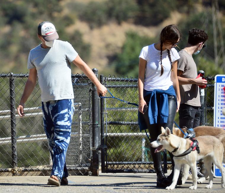 A kutyák becses nevükön Jack és Sally talán nem élvezték annyira a sétát, legalábbis DiCapriónak elég erősen kellett rángatnia az egyik pórázát, hogy haladásra ösztökélje az állatot