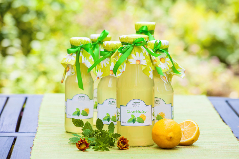 Hűsítő, nyári citromfűszörp házilag: teába, limonádéba, koktélba is tökéletes
