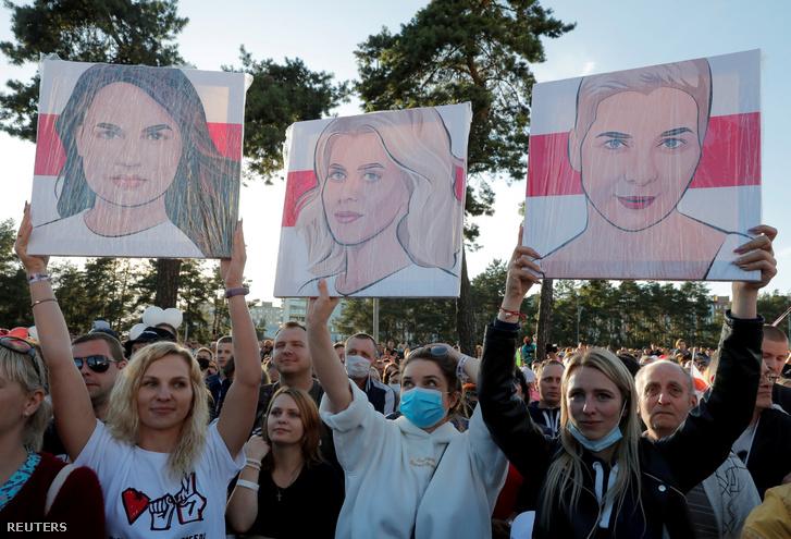 Tüntetők Minszkben Szvjatlana Tihanovszkaja, Veronika Cepkalo és Marija Kolesznyikova arcképével
