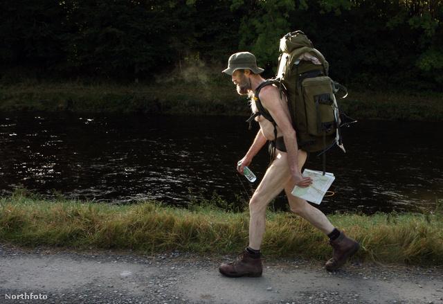 Stephen Gough útban egy skót börtönből haza Angliába - meztelenül