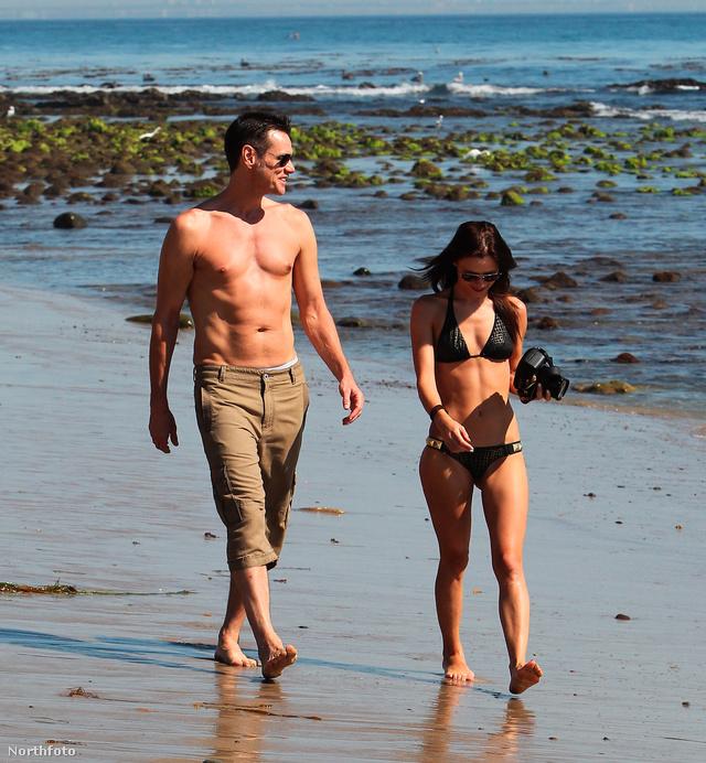 Jim Carrey a strandon Malibuban egy új csajjal