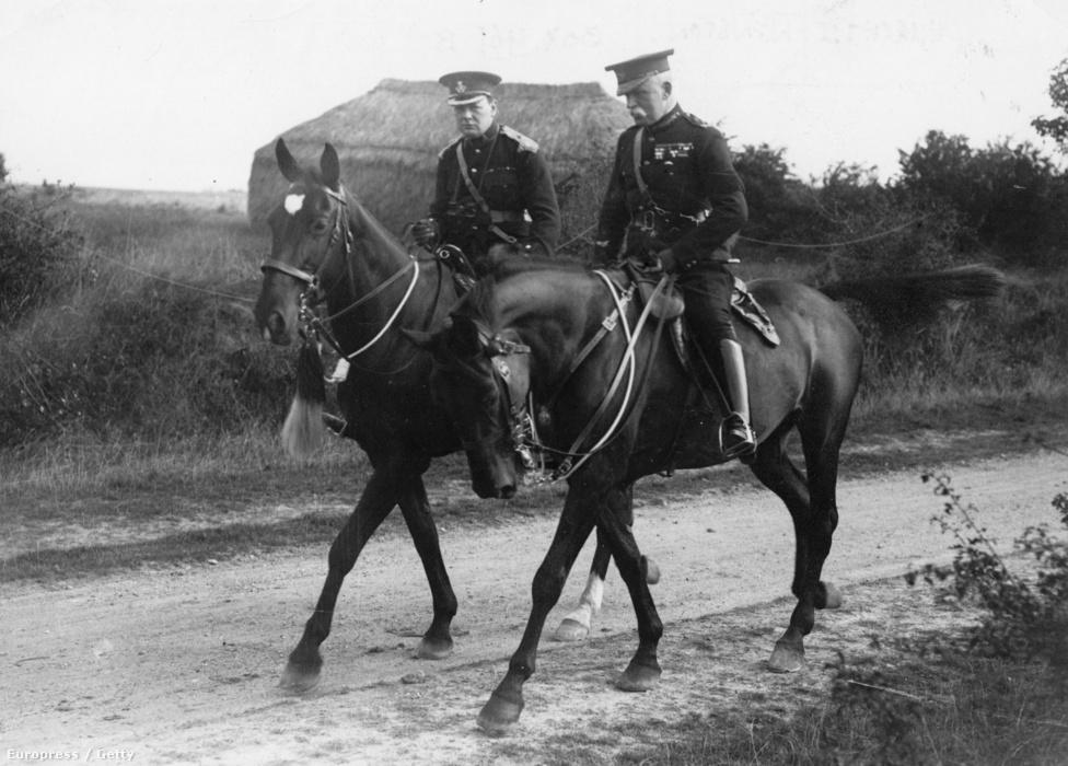 1914, Winston Churchill és John French tábornok lovaikkal. Ötezer éve is használtak lovakat a hadviselésben, a hagyomány miatt katonai és civil vezetők is előszeretettel parádéztak lóháton, mely erőt és tekintélyt jelképezett.