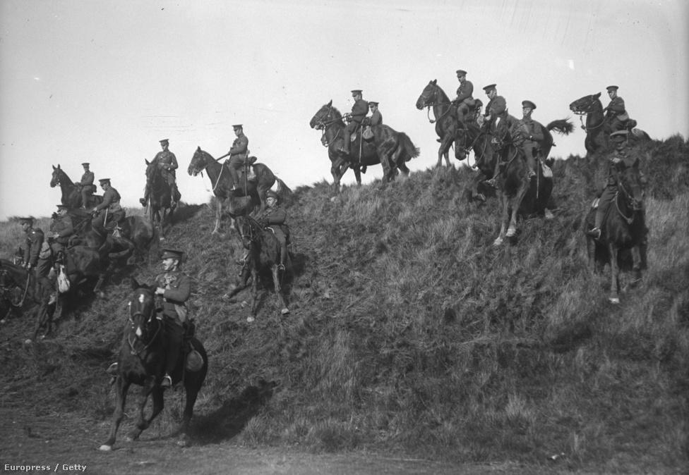 1915, kanadai lovas egységek gyakorlatoznak egy domboldalon. Utoljára a napóleoni háborúban és az amerikai polgárháborúban kapott fontos stratégiai szerepet a lovasság. Az első világháborúban az angoloknak és a franciáknak is nagyjából százezer fős lovas serege volt, a lövészárkok és a tankok megjelenése azonban teljesen ellehetetlenítette a bevetésüket. Az utolsó lovasroham 1918 tavaszán volt, a britek 150 lovassal támadtak egy német állást, csak négy élte túl az ütközetet.