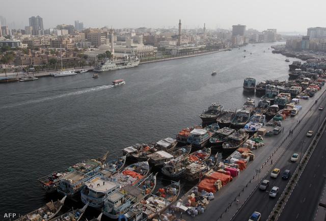 Dubaiban veszteglő iráni kereskedőhajók, a szankciók miatt a nehezen adnak túl áruikon a Teheránból érkező kereskedők