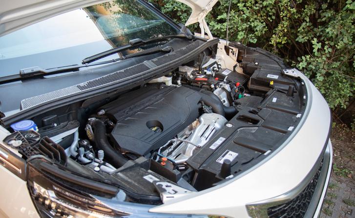 Masszívan kitölti a motorteret a motor és a hibrid technika