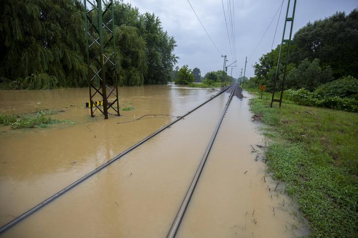 A nagy esőzés miatt vízben álló vasúti sínek a Budapest-Nagykanizsa vonalon, Zalaszentjakabnál 2020. július 25-én.