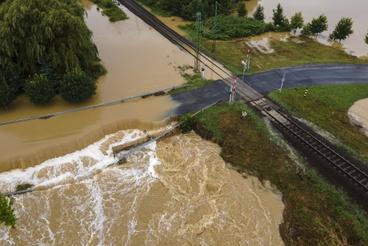 Vízzel elárasztott és megrongálódott út Zalaszentjakabon.