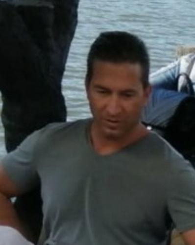 Vassallo Martin Albert 41 éves, 182 centiméter magas, sportos testalkatú, barna hajú, zöld szemű.Eltűnésekor szürke farmernadrágot, sportcipőt és bordó pólót viselt.