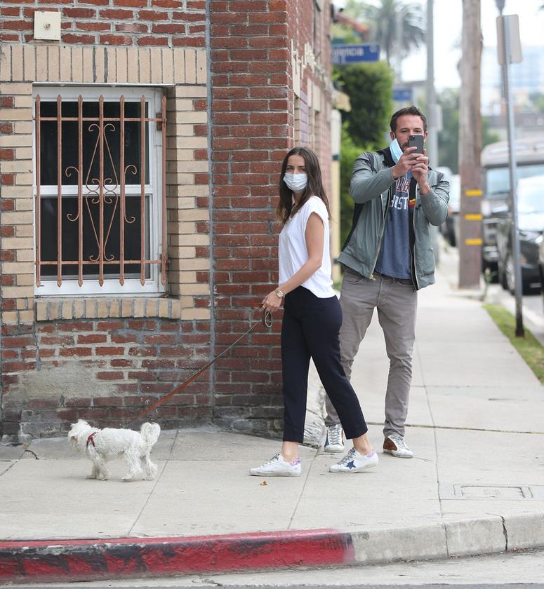 Ben Affleck és Ana de Armas épp kutyát sétáltattak Los Angelesben, amikor a színész kiszúrta, hogy fotózzák őket