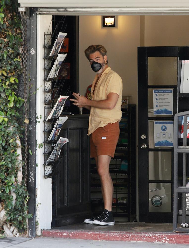 A színész éppen egy boltban nézelődött az újságok között, amikor kiszúrta, hogy egy paparazzo a távolból őt fotózza.