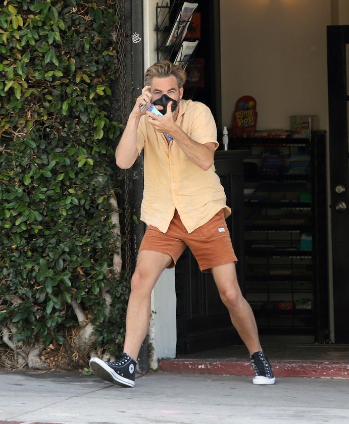 Pine letesztelte a fotós humorérzékét, és egy képzeletbeli fényképezőgéppel lefotózta