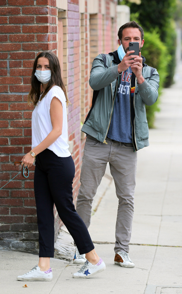 """""""Gyere már, Ben, ne csinálj jelenetet!"""" - suttoghatta neki maszkja mögött  Ana de Armas, majd még néhány fotó elkészítése után folytatták sétájukat, ahogy most mi is távozunk a lapozgatóból"""