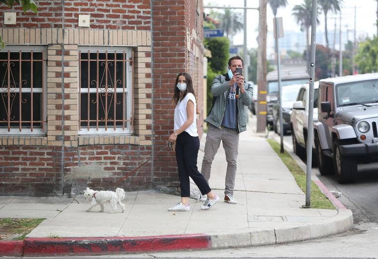 Affleck szerencsésebb volt, mint Pine, előbbinek ugyanis tényleg volt fényképezőgépe, amivel le tudta kapni az őt fotózó paparazzót