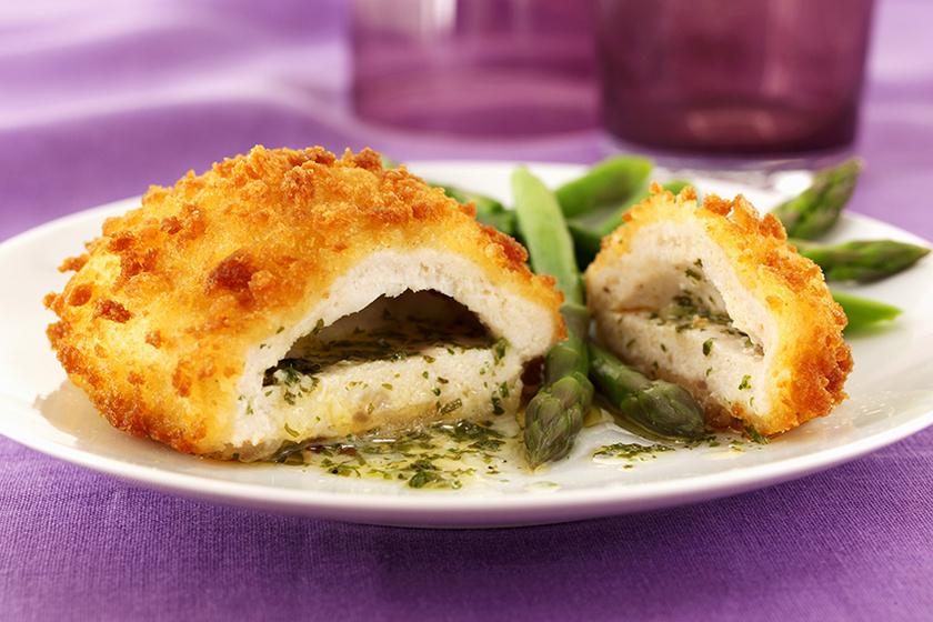 Fűszeres vajjal töltött csirkemell – Így készítve lesz tökéletes a kijevi csirke