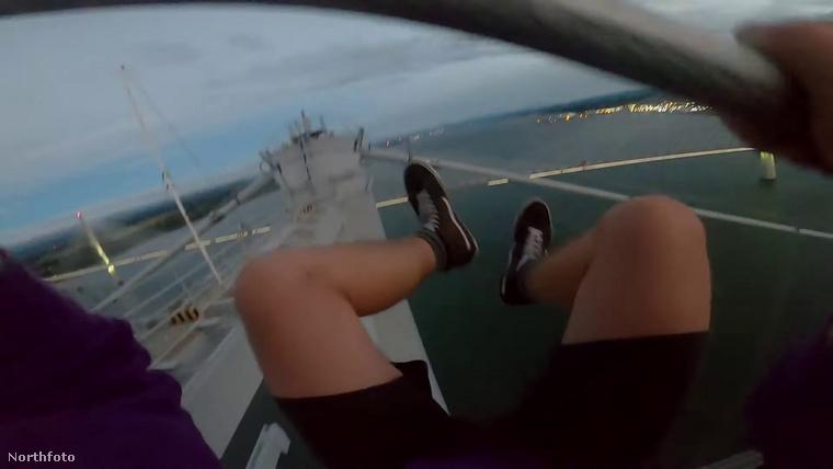 A skót Lockwood és három barátja egy 152 méter magas híd tetejére másztak fel, hogy pózoljanak a tetejéről