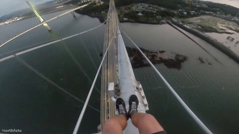 A nem mindennapi hídmászást körülbelül 10 perc alatt tették meg,...