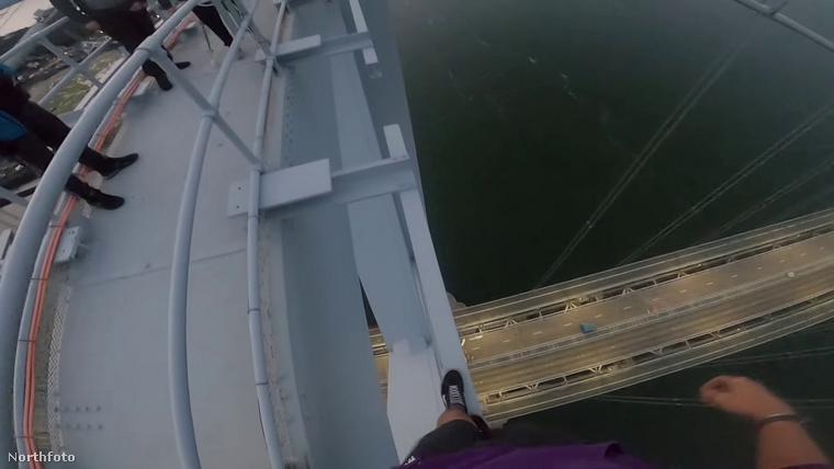 A fiú szerint egész kényelmesen, különösebb félelem nélkül másztak fel a hídra, igaz az picit zavaró volt, hogy fújt a szél