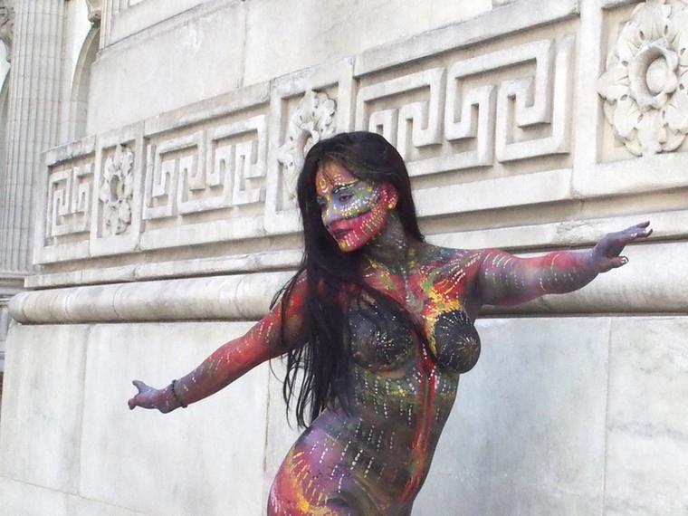 Bár már többször, egészen pontosan hatszor tartottak ezelőtt testfestő napot Amerikában, idén történt meg először, hogy a Times Square-en baktattak végig a ruhát nem, maximum egy szájmaszkot viselő felvonulók.