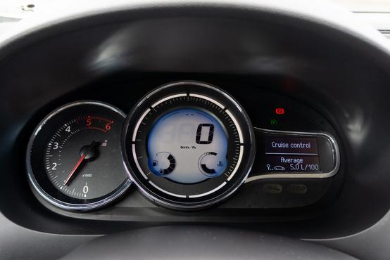 A facelifttől már a Fluence-ban is digitális a sebességkijelző – jól is áll neki