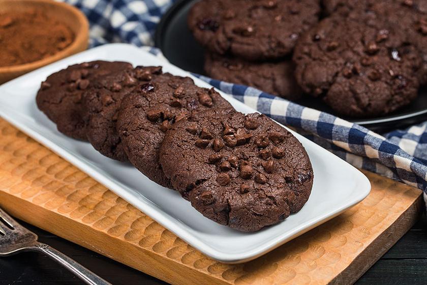 A dupla csokis sütemények sorát gazdagítja ez a keksz, amelybe olvasztott csoki és csokichips is kerül. Óriási előnye, hogy nagyon hamar készen van, és biztosan mindenki szeretni fogja.