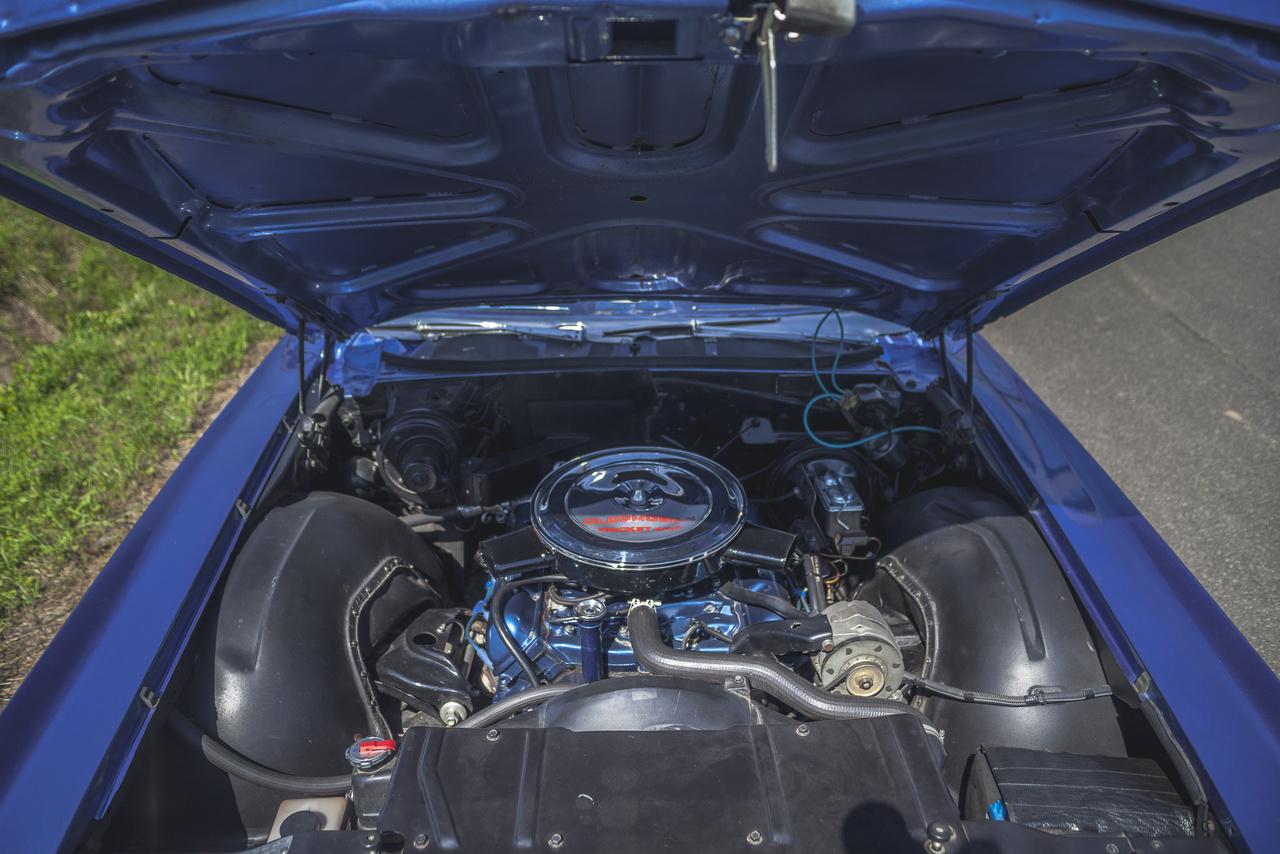 Apropó motor: a legendás 455 'Rocket' sokaknak nagy kedvence. A 7446 köbcentis V8-at előszeretettel hívják mozdonymotornak, ami nem csoda, hisz a 693 Nm-es nyomatékcsúcs már háromezres fordulaton megvan.
