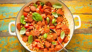 Kolbászos csicseriborsó-saláta köményes vinaigrette-tel