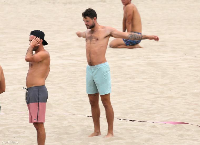 Dylan Efron alaposan bemelegített a strandröplabda meccs előtt, és még közben is tett néhány nyújtózkodó mozdulatot.