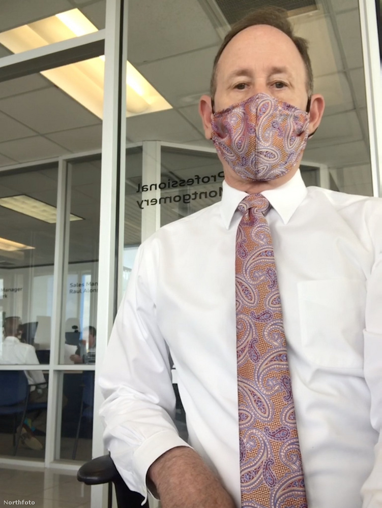 Hát Montgomery rengeteg olyan szettel rendelkezik, amelyekben a nyakkendőhöz tartozik egy passzoló díszzsebkendő