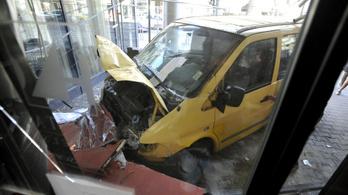 Négy ember megsérült, amikor két autó összeütközött Budapesten