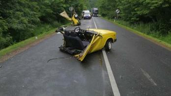 Kettészakadt egy Lada egy nógrádi balesetben