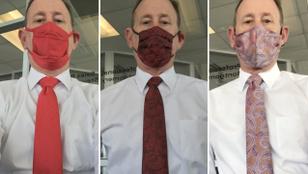 Ennek a férfinak az élettársa minden nyakkendőhöz varr egy passzoló maszkot