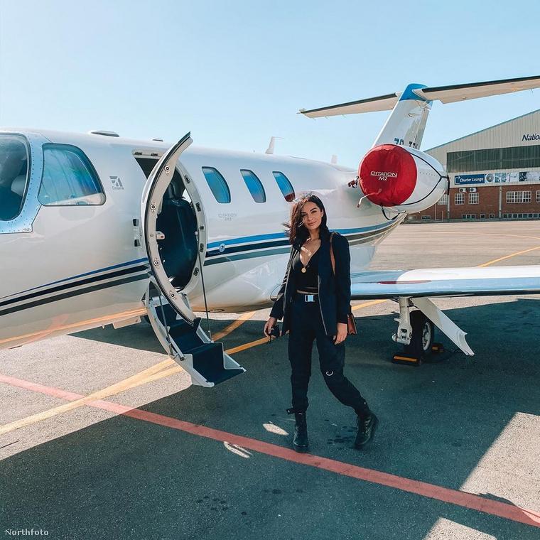 Christina számára a legnagyobb problémát álmai megvalósításába nem környezete kritikus véleménye okozta, hanem az, hogy a repülőiskola pokolian drága volt