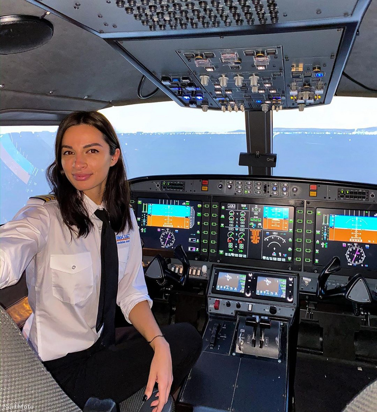 15 hónap megfeszített munka után pedig ripsz-ropsz beiratkozott és elvégezte a repülős iskolát