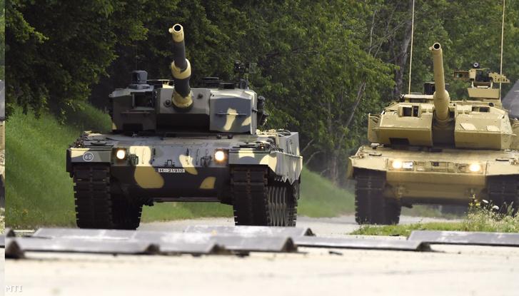 Előtérben a magyar A4-es, háttérben az A7-es egyik új prototípusa, még egy korábbi lövegcsővel. Az új löveg még nem készült el