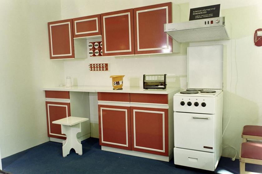 A hetvenes évek konyhaszekrényein az élénk színek, így a narancs-fehér és a piros-fehér színkombinációk is kedveltek voltak a klasszikus barna árnyalatok mellett.