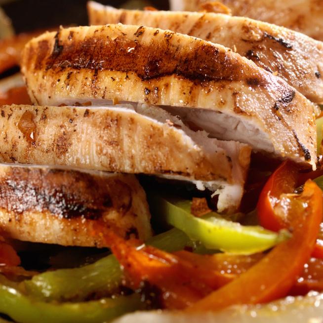 Omlós csirkemell paradicsomos-paprikás raguval – Kaliforniai paprika kerül a lecsóba