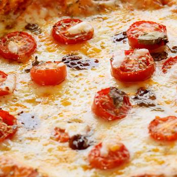 Így készül a legfinomabb pizza grillen – Félórás tésztareceptet is mutatunk hozzá