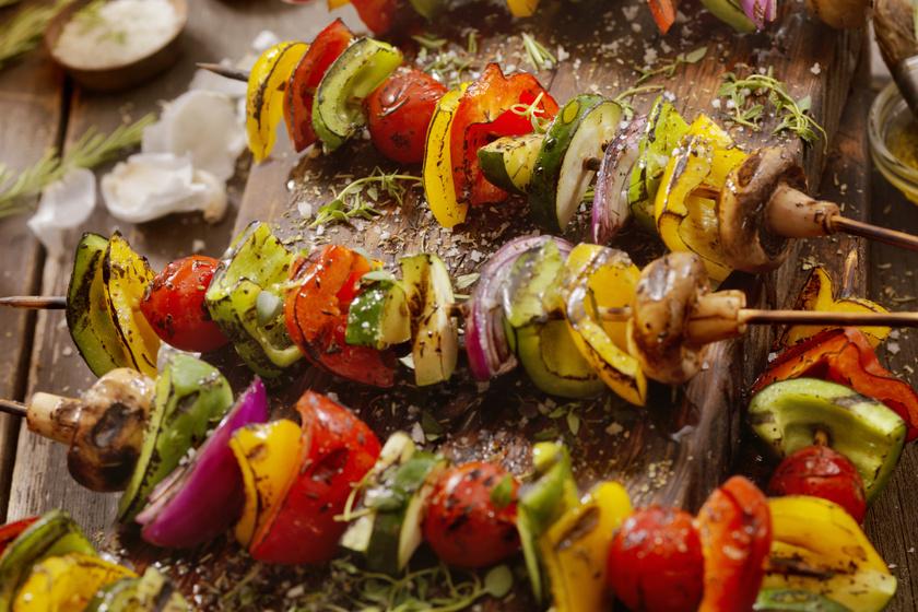 Fűszeres, színes zöldségnyárs: a legjobb, szénhidrátszegény köret grillhúsok mellé