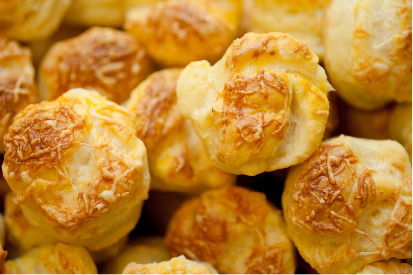 Omlós tésztájú, hajtogatott sajtos pogácsa – A tésztájába túró is kerül