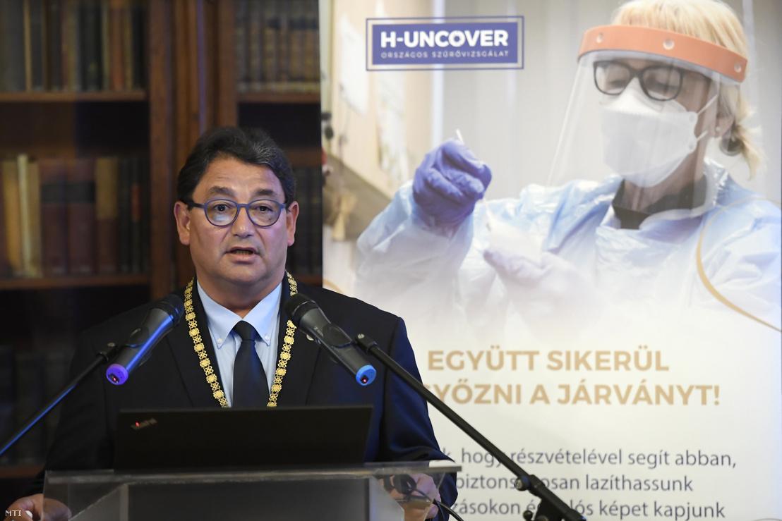 Merkely Béla a Semmelweis Egyetem rektora beszél az egyetem vezetésével májusban végzett H-UNCOVER országos reprezentatív koronavírus-szűrés végleges eredményéről tartott sajtótájékoztatón a Semmelweis Egyetemen 2020. július 1-jén.