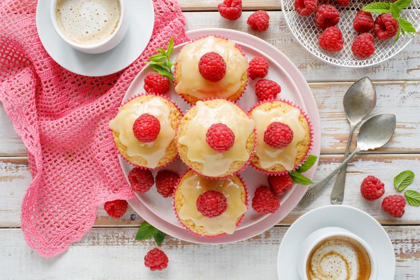 Puha, illatos fehér csokis muffin: friss málnával ellenállhatatlan
