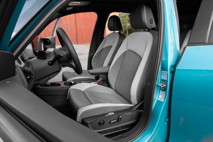 Jól formázott, de a szokásos VW-üléseknél picivel puhábbak az ülések. Én szerettem